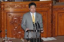 本会議で質問に立つ田城郁議員