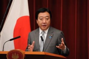 会見で記者の質問に答える野田総理