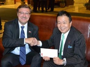 渡辺国際局長(右)とコサチョフ委員長(左)