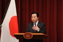 記者会見にのぞむ野田総理