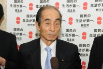 記者の質問に答える輿石東幹事長