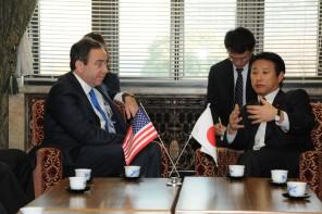 ナイズ米国国務副長官(左)と樽床幹事長代行(右)