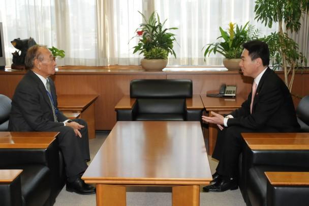 前原政策調査会長、仲井眞・沖縄県知事と面談