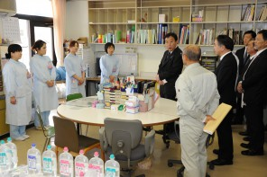 小野田病院の医療スタッフを激励する野田総理(福島県南…