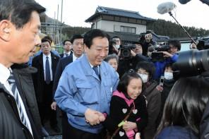 仮設住宅を視察する野田総理