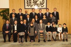 総理大臣官邸で記念写真