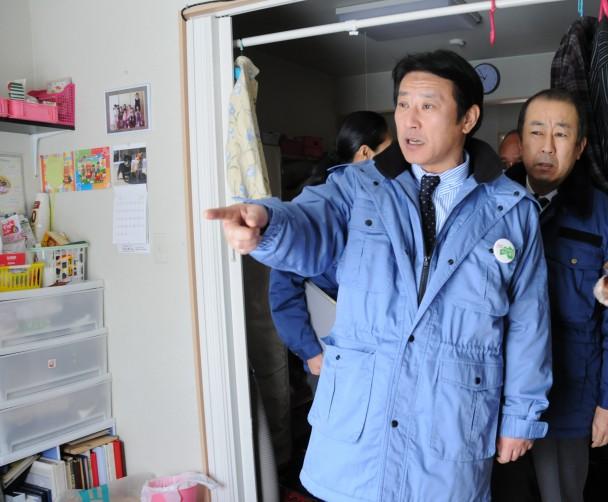 福島県を訪れ、仮設住宅を視察する樽床幹事長代行