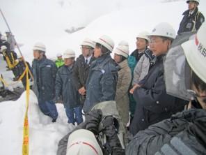 秋田県・玉川温泉の雪崩事故現場を視察する郡政務官ら