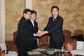 合意書に署名後、握手する3党政調会長
