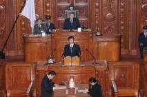 衆院本会議で報告する原口一博総務委員長
