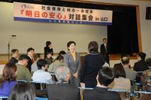 明日の安心対話集会で、参加者から意見を聞く小宮山大臣