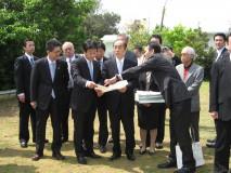 宜野湾市を視察する党沖縄協議会一行