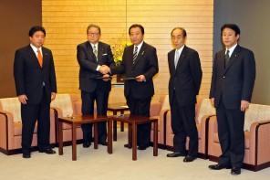 連立政権合意書に署名後握手する野田・自見両代表