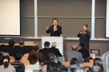 参加者からの質問に答える野田総理