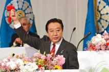 赤いハンカチを掲げる野田総理