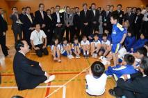 川内小学校で子どもたちと懇談する野田総理