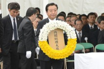 献花する野田総理