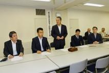 立候補届出を受け付ける中央選管委員長・委員