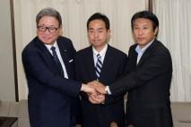 樽床幹事長代行、自見・国民新党代表とかたい握手を交わ…