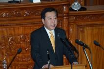 所信表明演説に立つ野田総理1