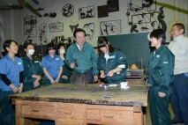 鍛金室で女子生徒の指導で銀をたたきストラップづくりを…