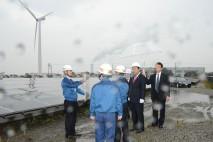 野田総理、風力・太陽光発電所を視察