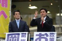 小手指駅近くで街頭演説をする岡田副総理と小野塚・埼玉…