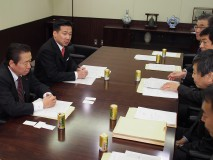 外務・防衛部門座長・副座長会議で政府側と意見交換する…