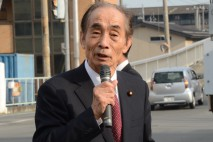 甲府市内で街頭演説を行う輿石幹事長