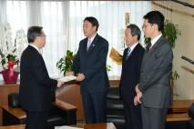 佐藤知事と面談する海江田代表