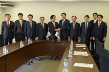 韓日議員連盟一行を出迎えた海江田代表、武正総務委員長…