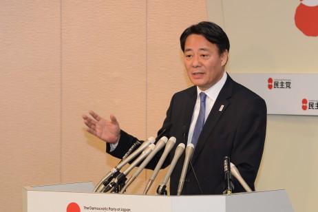 記者からの質問に答える海江田代表