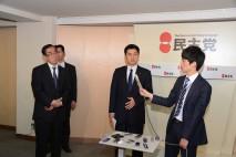 政府・与党の税制大綱についてコメントする細野幹事長