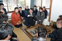 石巻市雄勝町で漁業者らと懇談する海江田代表