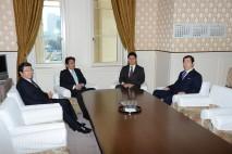 会談に臨む細野幹事長、��木国対委員長