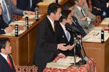 衆院予算委で質問する前原議員
