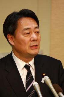 記者会見する海江田代表