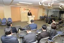 開会のあいさつに立つ海江田代表
