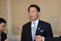 記者団に補正予算成立の感想を述べる海江田代表