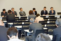 インターネット選挙運動解禁法案の概要を説明する鈴木寛…