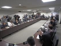 常任幹事会であいさつする海江田代表
