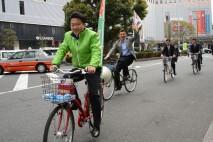 自転車に乗って民主党への支持を訴える