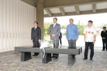 沖縄戦没者墓苑で献花をする海江田代表