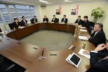 政治改革推進本部役員会に出席した岡田克也本部長ら