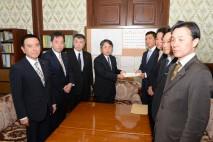 野党6党共同提出の歳入庁設置法案を参院事務総長に手渡…