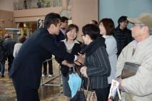 演説会に集まった人々と握手する細野幹事長