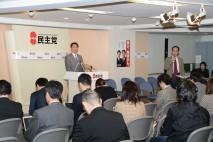 定例会見で、記者からの質問に答える海江田代表