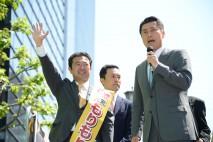 広島市中区本通の街頭演説会でマイクを握る細野幹事長