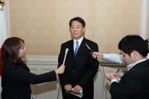記者団に語る海江田代表