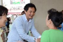 足をとめてくれた方と握手を交わす金村都議選候補予定者